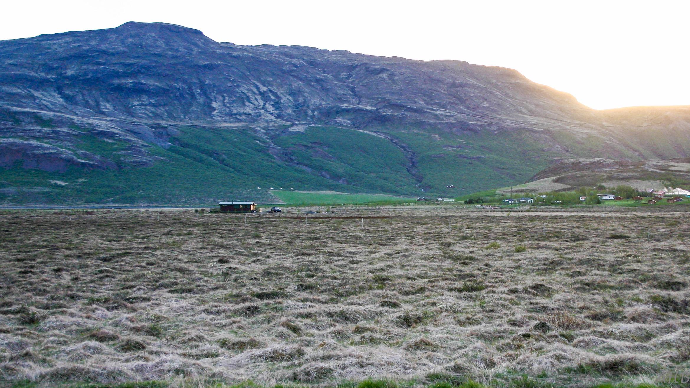 Ekki var mikill gróður árið í maí 2004. Kofinn í fjarska.