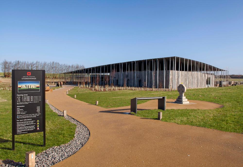 Stonehenge Visitors Centre er glæsilegur staður í 2,5 km fjarlægð frá fornminjunum. Þar eru bílastæðin og margvísleg þjónusta. Ferðamönnum er ekið þaðan í léttum vögnum. Staðurinn var tekinn í notkun árið 2013.